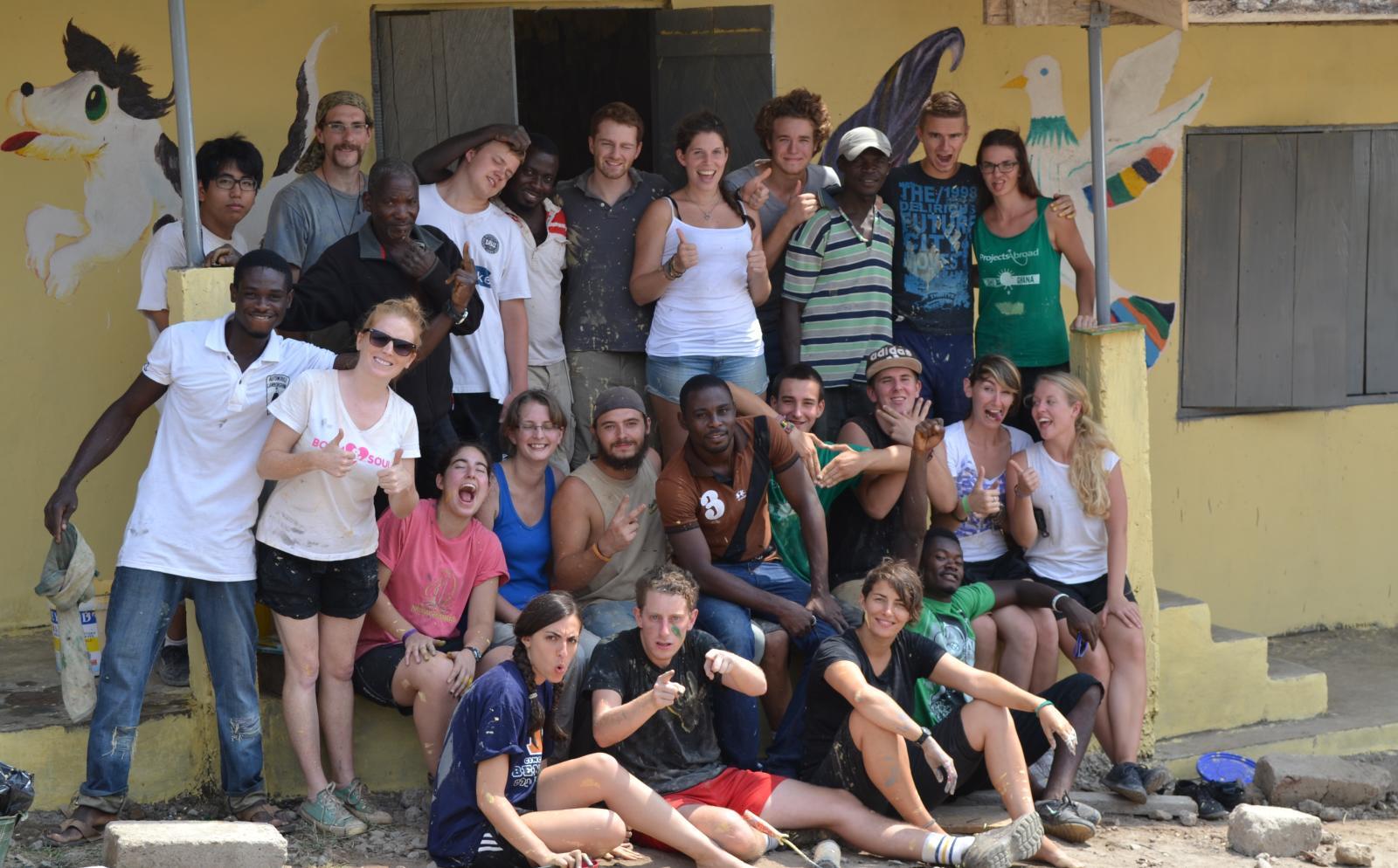 Foto grupal de voluntarios en un año sabático antes de la universidad.